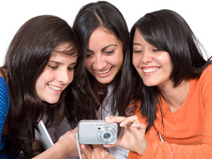 photo sharing - girls sharing photos